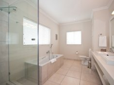 Robberg Beach Resort View Suite Bathroom