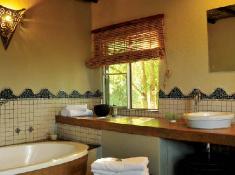djuma-vuyatela-bathroom