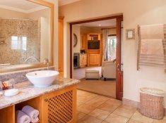 Luxury-Room-06-bathroom
