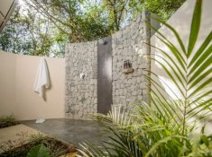 Savanna-Executive-Suite-Outdoor-Shower