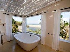 Umngazi-Honeymoon-Double-Storey-Suite-Tub